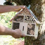 Navaris Hôtel insecte en bois - Cabane abri taille M 24,5 x 28 x 7,5 cm - Maisonnette refuge abeille coccinelle papillon et autres insectes volants de la marque Navaris image 1 produit
